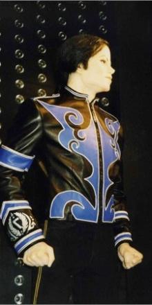 Création d'une veste pour Michael Jackson – séance d'essayages au Musée Grévin